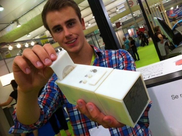 Guillaume Rolland with his amazing invention, the olfactory alarm clock.
